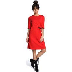 Czerwona Minimalistyczna Sukienka O Linii A z Ozdobną Klamrą. Białe sukienki dzianinowe marki BIALCON, na imprezę, w koronkowe wzory, z kopertowym dekoltem, midi, kopertowe. Za 124,90 zł.