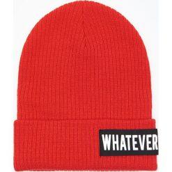 Czapka z wyszytym napisem - Czerwony. Czerwone czapki damskie marki Cropp, z napisami. Za 29,99 zł.