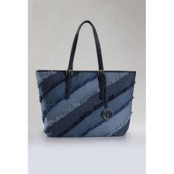Torebki klasyczne damskie: Jeansowa torba z przywieszką