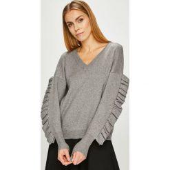 Silvian Heach - Sweter. Szare swetry klasyczne damskie marki Silvian Heach, l, z dzianiny, z włoskim kołnierzykiem. W wyprzedaży za 339,90 zł.