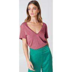 NA-KD Basic T-shirt z dekoltem V - Pink. Różowe t-shirty damskie marki NA-KD Basic, z bawełny. W wyprzedaży za 21,18 zł.