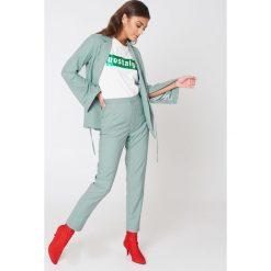 NA-KD Classic Spodnie garniturowe z wysokim stanem - Green. Zielone marynarki i żakiety damskie NA-KD Classic, z haftami, z tkaniny. W wyprzedaży za 97,17 zł.