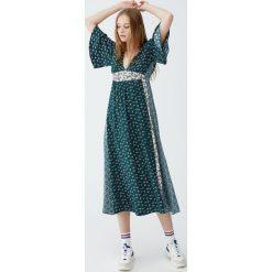 Sukienka midi w stylu boho. Niebieskie sukienki boho marki Pull&Bear. Za 139,00 zł.