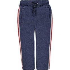 Spodnie dresowe w kolorze niebieskim. Niebieskie dresy chłopięce marki Kanz, w paski, z bawełny. W wyprzedaży za 49,95 zł.