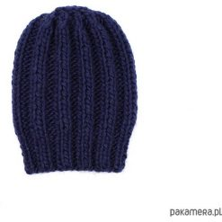 Granatowa grubaśna czapka robiona na drutach. Niebieskie czapki zimowe damskie Pakamera. Za 86,00 zł.