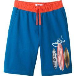 Bermudy dresowe bonprix niebieski oceaniczny z nadrukiem. Niebieskie dresy chłopięce marki bonprix, melanż, z dresówki. Za 32,99 zł.