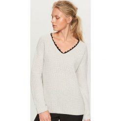 Sweter z koronkowym dekoltem - Jasny szar. Szare swetry klasyczne damskie Reserved, l, z koronki. Za 79,99 zł.