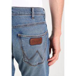 Wrangler SPENCER Jeansy Slim Fit used stone. Szare jeansy męskie marki Wrangler, l, z poliesteru, z kapturem. W wyprzedaży za 296,10 zł.