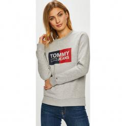 Tommy Jeans - Bluza. Szare bluzy z nadrukiem damskie marki Tommy Jeans, l, z dzianiny, z podwyższonym stanem, dopasowane. Za 359,90 zł.