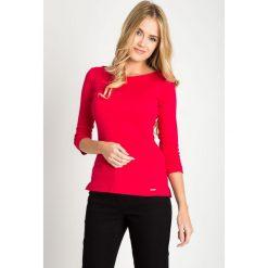 Malinowa bluzka basic z rękawem 3/4 QUIOSQUE. Różowe bluzki asymetryczne QUIOSQUE, z bawełny, klasyczne, z dekoltem w łódkę. W wyprzedaży za 29,99 zł.