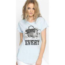 Niebieski T-shirt Voyager. Niebieskie bluzki damskie marki Born2be, l. Za 24,99 zł.