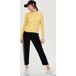 Luźny sweter - Żółty. Żółte swetry klasyczne damskie Sinsay, l. W wyprzedaży za 29,99 zł.