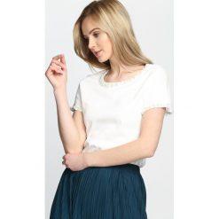 Kremowy T-shirt Flashing Lights. Białe bluzki damskie Born2be, l. Za 29,99 zł.
