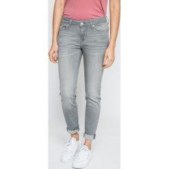 Mustang - Jeansy Jasmin. Niebieskie jeansy damskie marki Mustang, z aplikacjami, z bawełny. W wyprzedaży za 269,90 zł.
