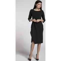 Czarna Elegancka Sukienka z Zakładanym Dołem. Czarne sukienki asymetryczne marki Molly.pl, do pracy, l, biznesowe, z asymetrycznym kołnierzem, midi. W wyprzedaży za 139,41 zł.