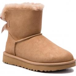 Buty UGG - W Mini Bailey Bow II 1016501 W/Fawn. Szare buty zimowe damskie marki Ugg, z materiału, z okrągłym noskiem. Za 839,00 zł.