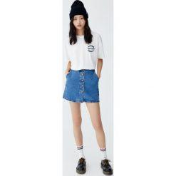 Spódnica jeansowa z guzikami z przodu. Niebieskie spódniczki jeansowe Pull&Bear. Za 89,90 zł.