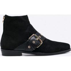 Tommy Hilfiger - Botki by Gigi Hadid. Czarne buty zimowe damskie marki TOMMY HILFIGER, z materiału, z okrągłym noskiem, na obcasie. W wyprzedaży za 399,90 zł.