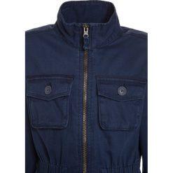 OshKosh LIGHTWEIGHT Kurtka przejściowa blue. Niebieskie kurtki chłopięce przejściowe marki OshKosh, z bawełny. W wyprzedaży za 125,95 zł.