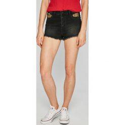 Guess Jeans - Szorty Rose. Czerwone szorty jeansowe damskie marki Guess Jeans, z aplikacjami, casualowe, z podwyższonym stanem. W wyprzedaży za 399,90 zł.