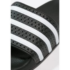 Adidas Originals ADILETTE Sandały kąpielowe black/white. Szare kąpielówki męskie marki adidas Originals, z gumy. W wyprzedaży za 132,05 zł.