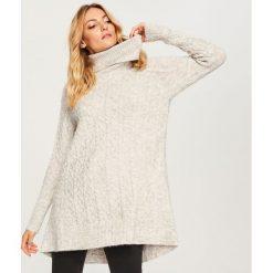 Długi sweter z wysokim golfem - Jasny szar. Szare golfy damskie marki Top Secret, z dzianiny. Za 159,99 zł.