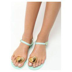 Miętowe Sandały Twinkle. Zielone sandały damskie marki Born2be, z kauczuku, na obcasie. Za 29,99 zł.