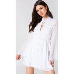 Długie sukienki: Linn Ahlborg x NA-KD Sukienka Swiss Dot - White