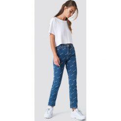NA-KD Trend Jeansy Logo - Blue. Niebieskie boyfriendy damskie NA-KD Trend, z nadrukiem, z jeansu. Za 242,95 zł.