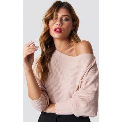 Swetry klasyczne damskie: Trendyol Sweter z odkrytymi ramionami - Pink