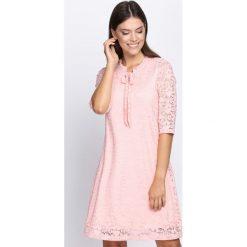 Jasnoróżowa Sukienka Perfect Illusion. Różowe sukienki marki numoco, l, z dekoltem w łódkę, oversize. Za 49,99 zł.