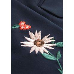 Marynarki i żakiety damskie: Taliowana marynarka z haftem