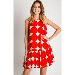 Sukienki: Biało-czerwona sukienka z falbaną u dołu BIALCON