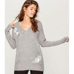 Melanżowy sweter z aplikacją - Szary. Czerwone swetry klasyczne damskie marki Mohito, z bawełny. Za 129,99 zł.