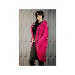 Płaszcze damskie pastelowe: PŁASZCZ W KOLORZE FUKSJI Z WYTŁACZANYM WZOREM I ARTYSTYCZNYM MOTYWEM
