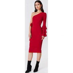 Sukienki: Boohoo Sukienka na jedno ramię z wiązaniem Izzy – Red