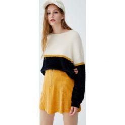 Futrzany sweter z kolorowymi panelami. Niebieskie swetry klasyczne damskie marki Pull&Bear. Za 89,90 zł.