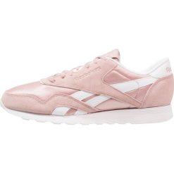 Reebok Classic CL NYLON SU Tenisówki i Trampki shell pink/white. Białe tenisówki damskie marki Reebok Classic. W wyprzedaży za 216,30 zł.