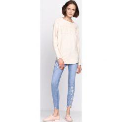 Kremowy Sweter Silent Joy. Białe swetry klasyczne damskie Born2be, l, z dzianiny, z dekoltem w łódkę. Za 59,99 zł.