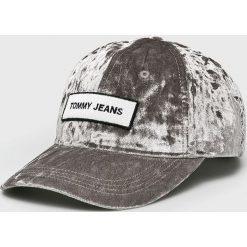 Tommy Jeans - Czapka. Szare czapki z daszkiem damskie marki Tommy Jeans, z elastanu. Za 159,90 zł.