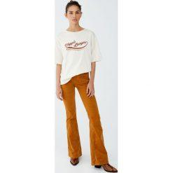 Bawełniana koszulka z nadrukiem. Szare t-shirty damskie Pull&Bear, z nadrukiem, z bawełny. Za 59,90 zł.