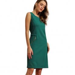 Sukienka w kolorze ciemnozielonym. Zielone sukienki marki Almatrichi, s, z okrągłym kołnierzem, midi, proste. W wyprzedaży za 159,95 zł.