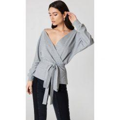NA-KD Sweter z wiązaniem z przodu i głębokim dekoltem - Grey. Szare swetry klasyczne damskie NA-KD. Za 113,00 zł.