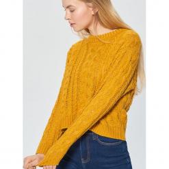 Sweter z ozdobnym splotem - Żółty. Żółte swetry klasyczne damskie marki ekoszale, ze splotem. Za 99,99 zł.