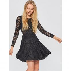 Koronkowa sukienka - Czarny. Czarne sukienki koronkowe marki Cropp, l. Za 99,99 zł.