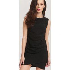 Czarna Sukienka Chili Peppers. Czarne sukienki balowe marki other, uniwersalny, z tkaniny, z klasycznym kołnierzykiem, bez rękawów, mini. Za 69,99 zł.