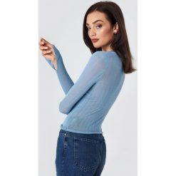 NA-KD Trend Cienki dzianinowy sweter w prążki - Blue. Białe swetry klasyczne damskie marki NA-KD Trend, z nadrukiem, z jersey, z okrągłym kołnierzem. Za 121,95 zł.