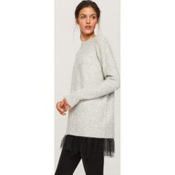 Sweter z tiulową falbanką - Jasny szar. Fioletowe swetry klasyczne damskie marki Reserved, z falbankami. Za 99,99 zł.