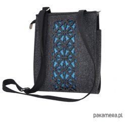 Torebka filcowa - grafitowa - turkusowy ażur. Niebieskie torebki klasyczne damskie marki Pakamera, w ażurowe wzory, małe. Za 95,00 zł.