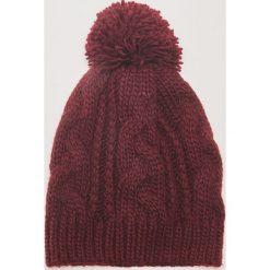 Czapka z warkoczowym splotem - Bordowy. Czerwone czapki zimowe damskie House, ze splotem. Za 39,99 zł.